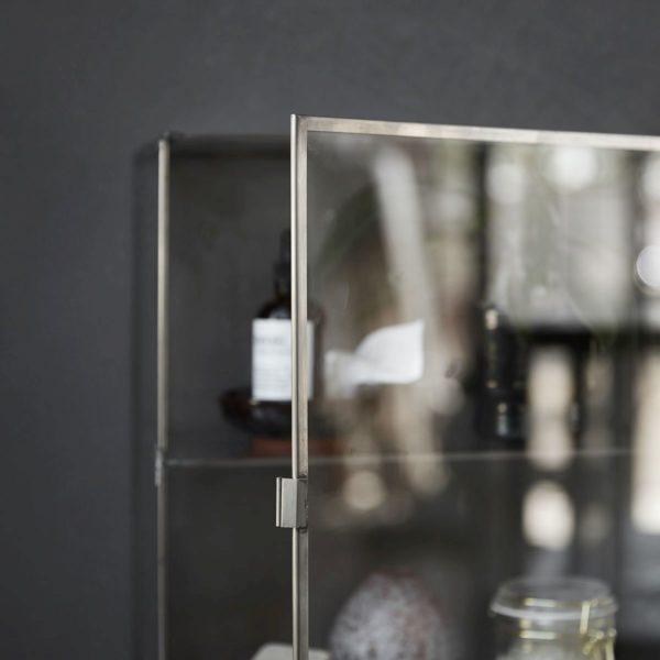 Glasschrank-im-Badezimmer-von-House-Doctor-in-klein1