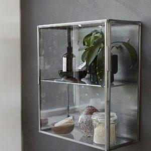 Glasschrank-im-Badezimmer-von-House-Doctor-in-klein3