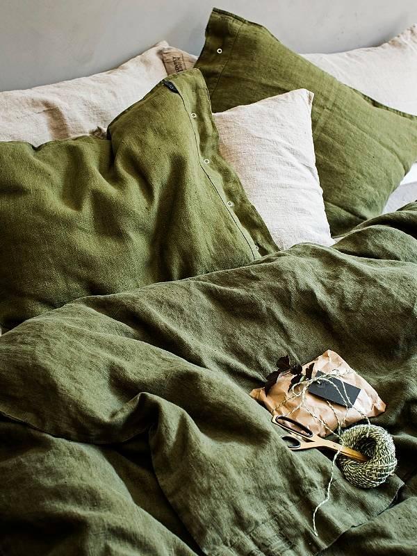 Kopfkissen-aus-Leinen-in-jeep-green-von-Lovely-Linen-auf-dem-Bett