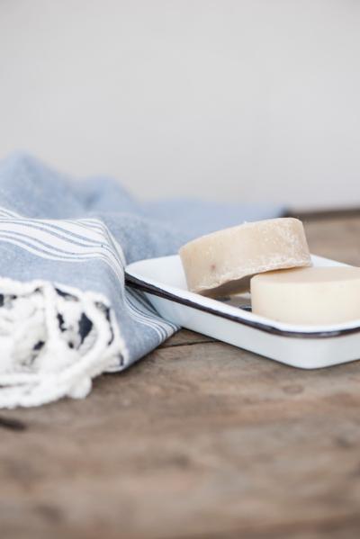 Seifenschale-2-von-Ib-Laursen-aus-Metall-mit-Seife-weiss-am-Handtuch