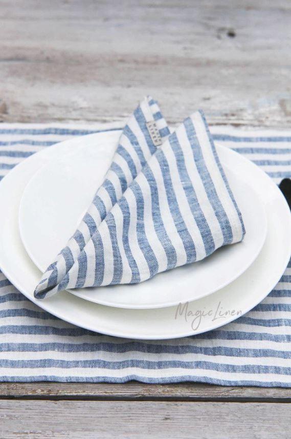 Stoffservietten-aus-Leinen-mit-blauen-Streifen