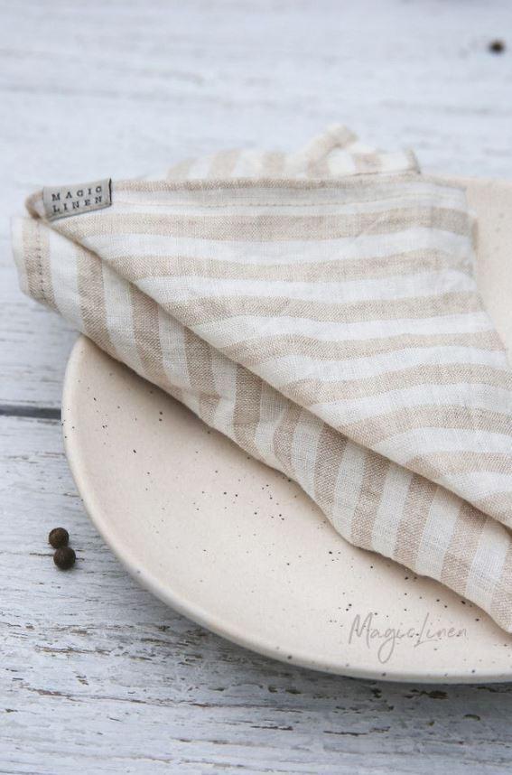 Stoffservietten-aus-Leinen-mit-sandfarbenen-Streifen