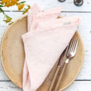 Stoffservietten-in-light-pink-als-hochwertige-Tischdekoration